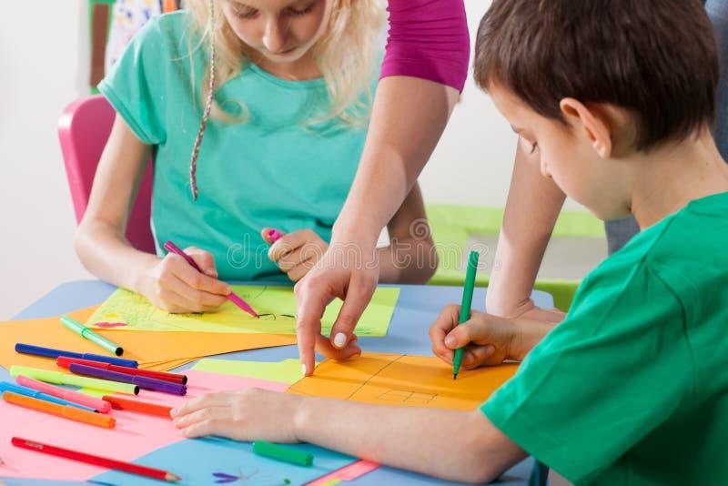 Les enfants ont plaisir le dessin photos stock