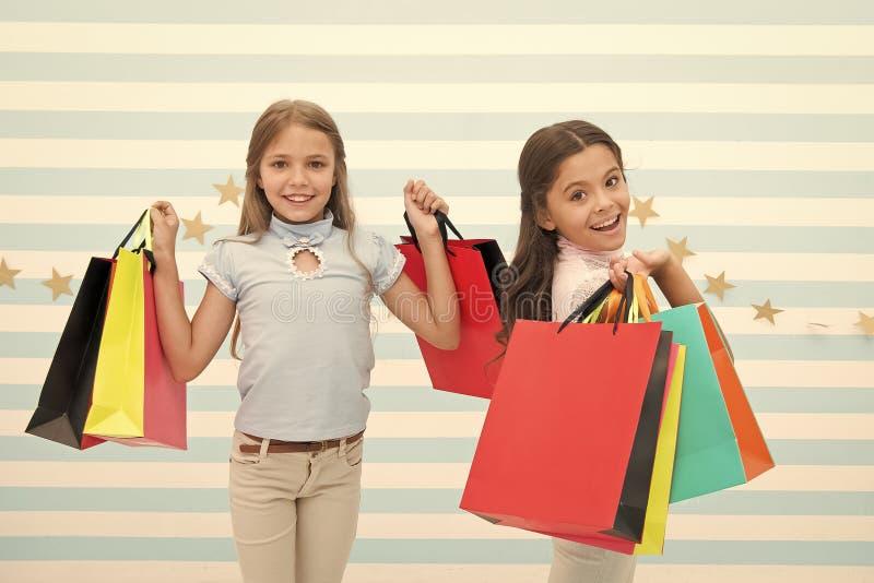 Les enfants ont satisfait le fond ray? de achat Hant? avec des achats et des mails d'habillement Concept d'escompte Enfants migno photographie stock