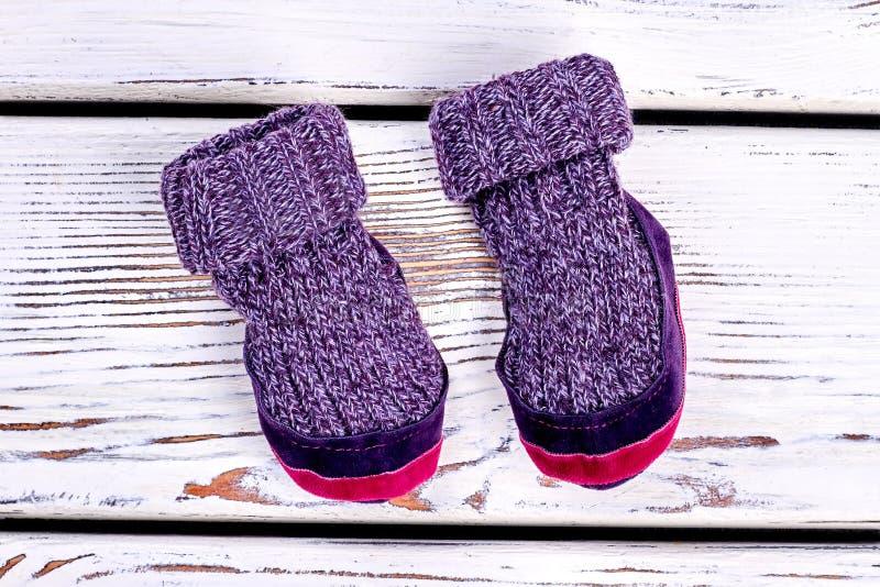 Les enfants ont tricoté les pantoufles de laine de pièce images stock