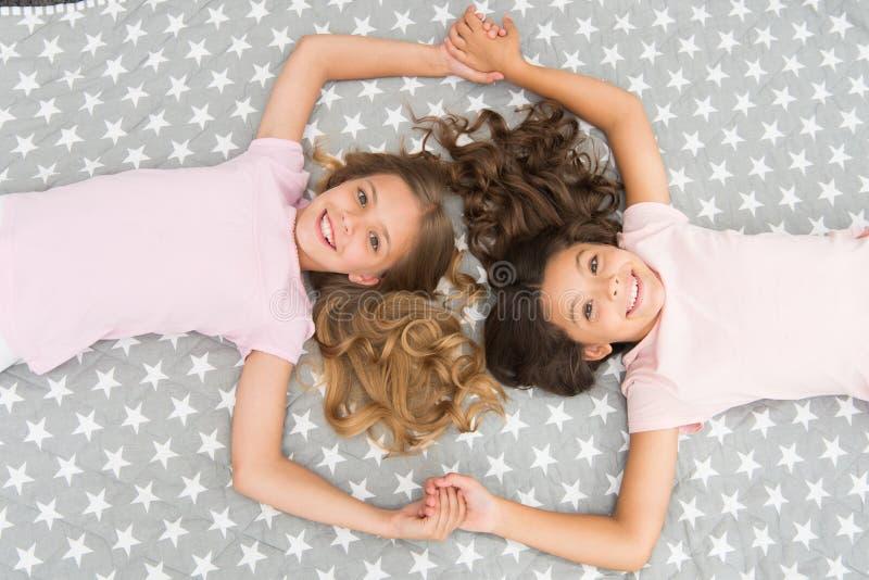 Les enfants perfectionnent des sembler bouclés de coiffure mignons L'huile organique de masque de conditionneur maintiennent des  photo libre de droits