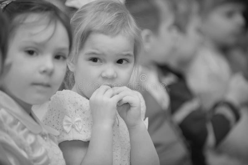 Les enfants préscolaires s'assied dans le jardin d'enfants image stock
