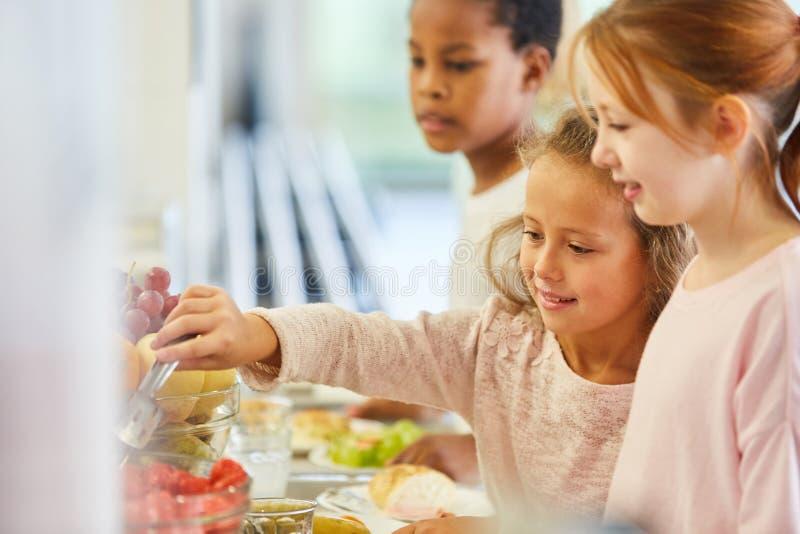 Les enfants prennent leur repas au buffet de la cafétéria photographie stock libre de droits