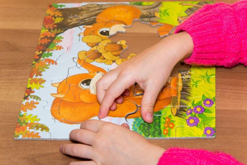 les enfants remet jouer avec le puzzle, concept d'éducation images stock