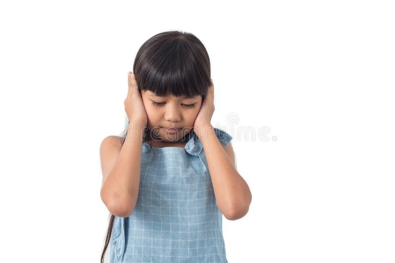 Les enfants remet outre de l'oreille, têtue pour ne pas écouter image libre de droits
