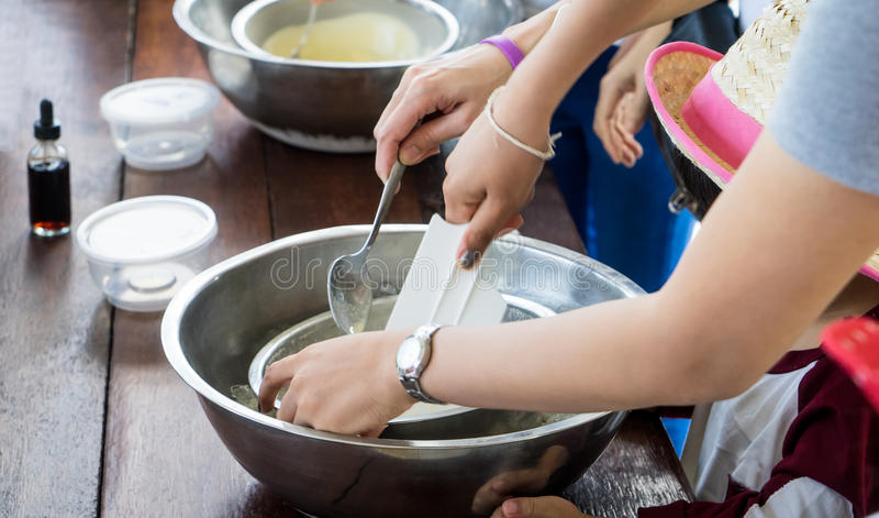 Les enfants remettent faire le cours de cuisine à la maison fait de crème glacée  image libre de droits