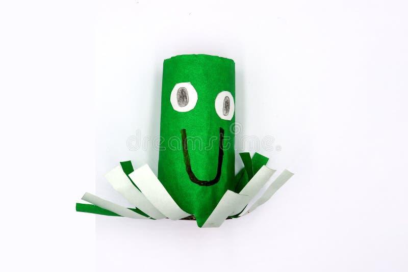 Les enfants remettent le métier, poulpe font à partir des rouleaux de papier hygiénique vides d'isolement sur le fond blanc images stock