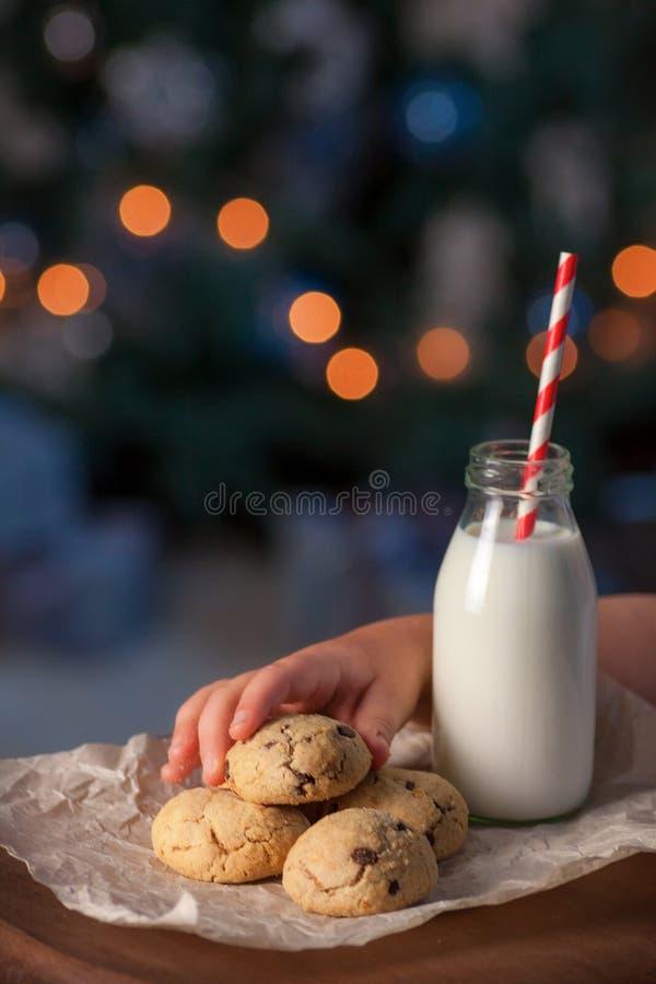 Les enfants remettent prendre un biscuit disposé pour Santa Claus images stock