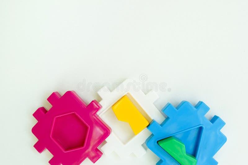 Les enfants s'allongent à plat avec des jouets blanc arrière-plan blanc espace de vue du haut pour le texte photo stock