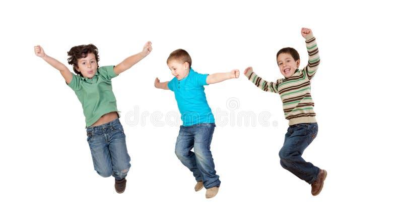 Les enfants sautant immédiatement images libres de droits