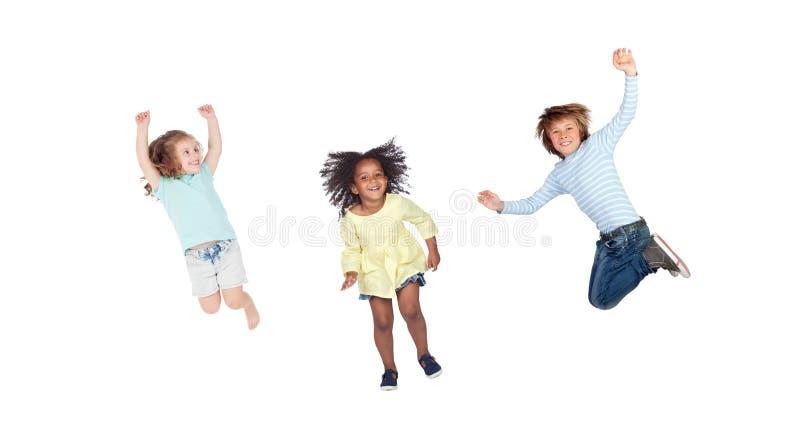 Les enfants sautant immédiatement photographie stock libre de droits