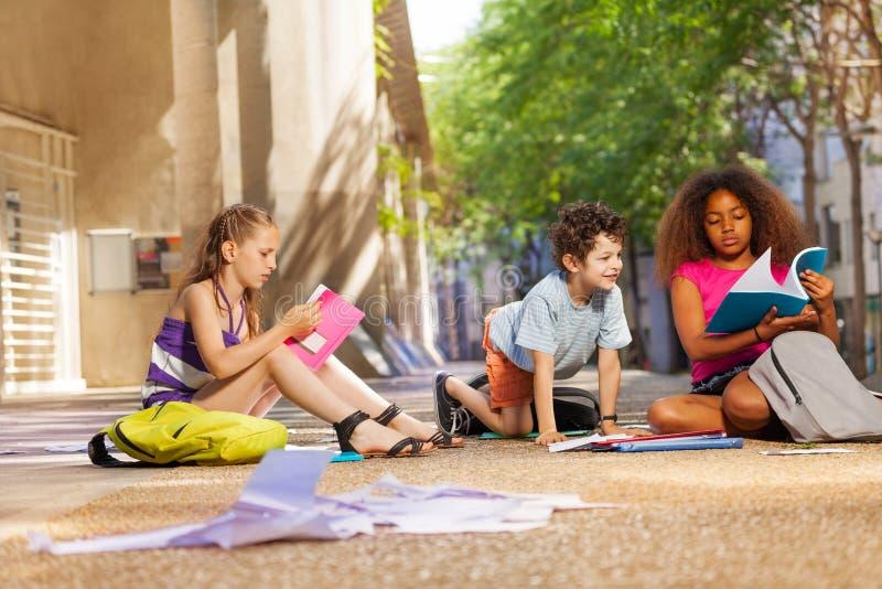 Les enfants se préparent aux livres de lecture de classe image libre de droits