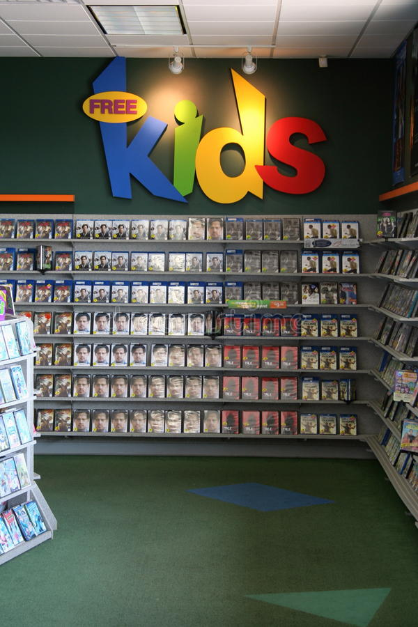 Les enfants sectionnent au magasin visuel photo stock
