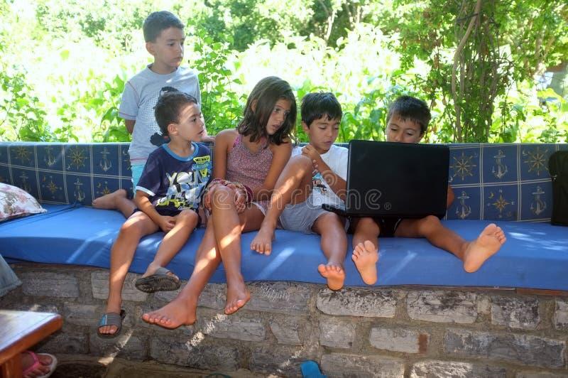 Les enfants sont sur l'ordinateur photos libres de droits