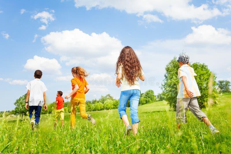 Les enfants soutiennent le fonctionnement dans l'autre direction photographie stock