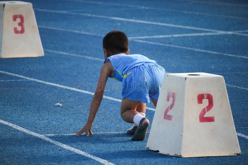 Les enfants thaïlandais sont en concurrence fonctionnante photographie stock libre de droits