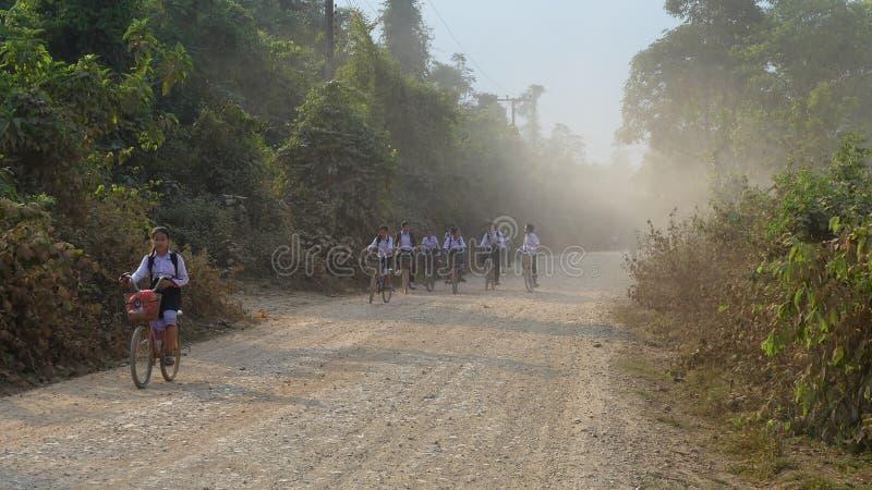 Les enfants thaïlandais vont instruire sur le vélo images stock