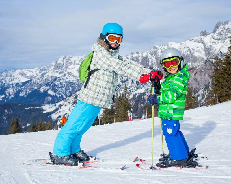 Les enfants a un amusement sur le ski images libres de droits