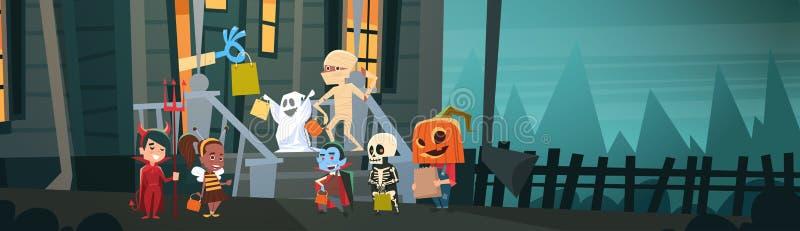 Les enfants utilisant des costumes de monstres marchant pour loger obtiennent à des des bonbons ou un sort de sucrerie le concept illustration stock