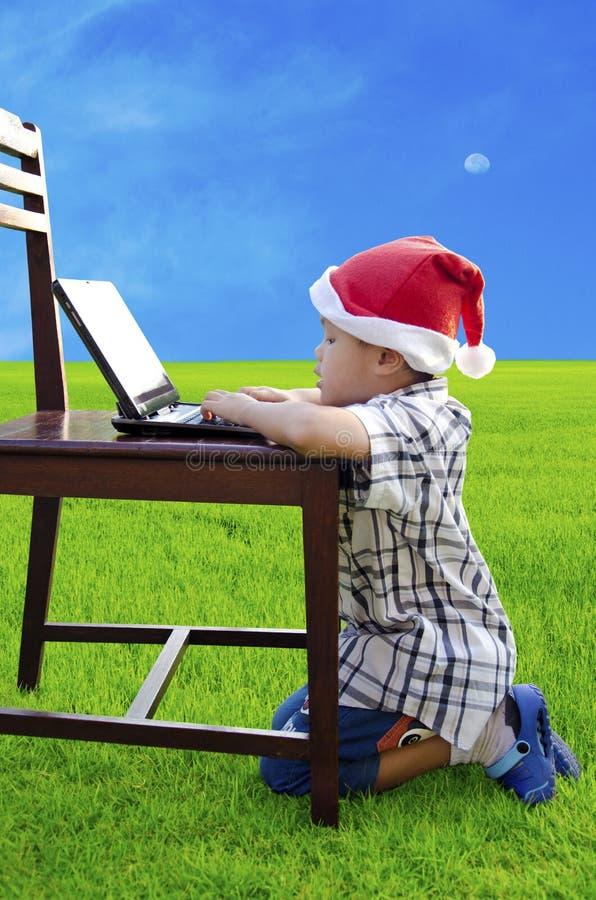 Les enfants utilisent le carnet photos libres de droits