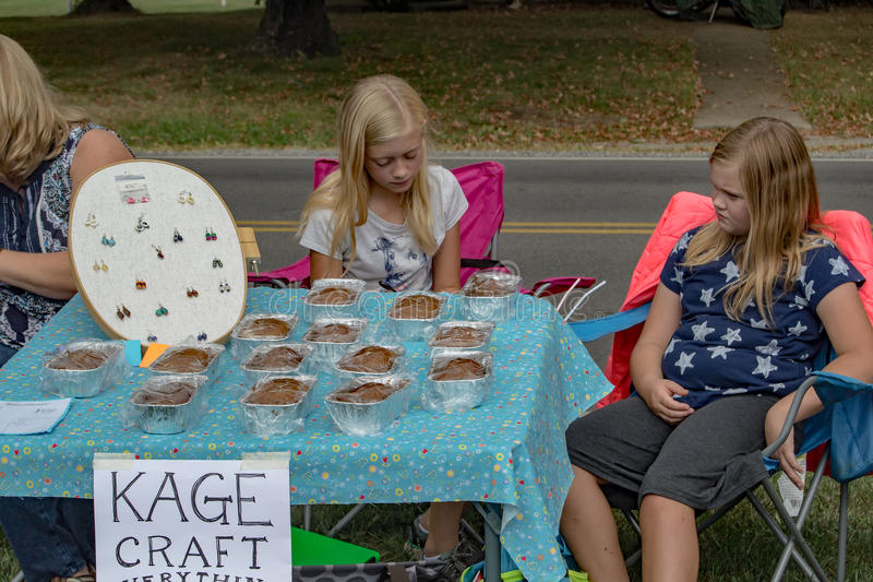 Les enfants vendant des bijoux et font des marchandises cuire au four photo stock
