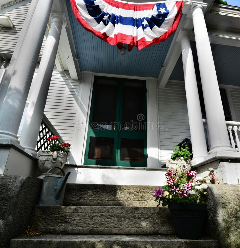 Les entrées couvertes de Bunting accueillent de nombreux nouveaux citoyens américains aux célébrations du 4 juillet photo libre de droits