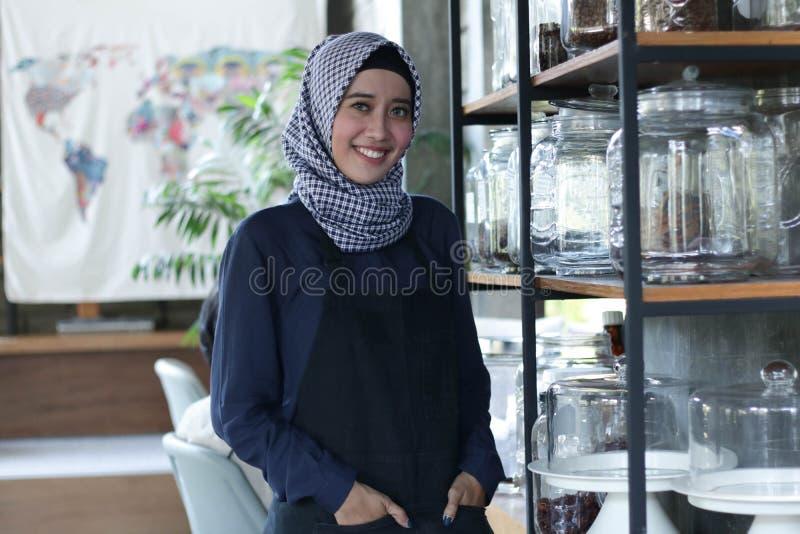 Les entrepreneurs vérifient des actions sur le café dans une étagère de pot utilisant le PC de comprimé, homme d'affaires vérifia photo stock