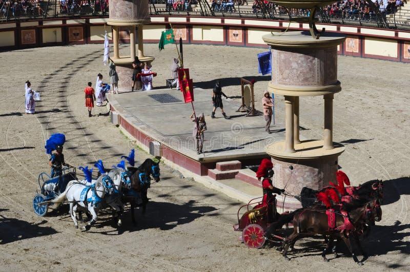 Les Epesses, Francia - September 8, 2018: Corsa di cavalli della biga in uno stadio romano a Puy du fou immagine stock libera da diritti