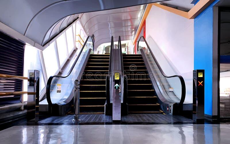 Les escalators courts dans un parking photos stock