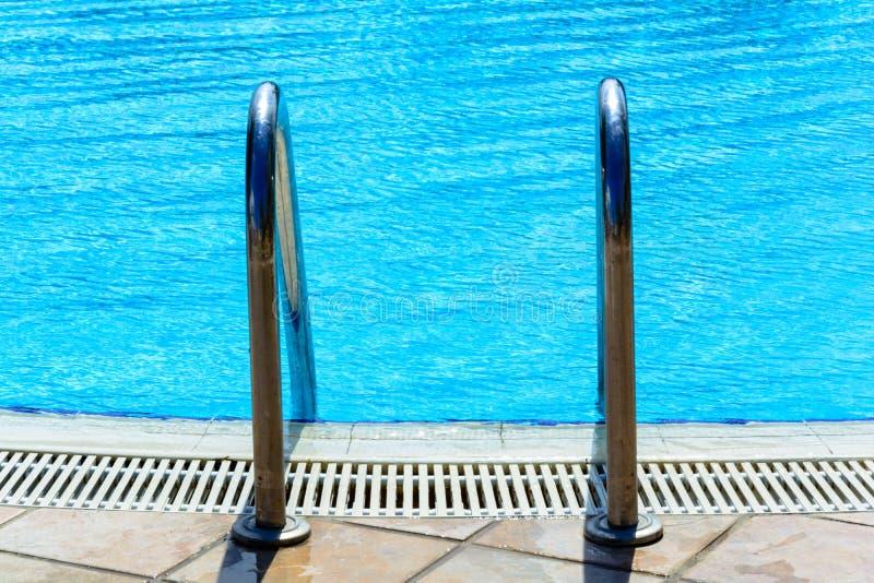 Les escaliers à la piscine extérieure photographie stock libre de droits