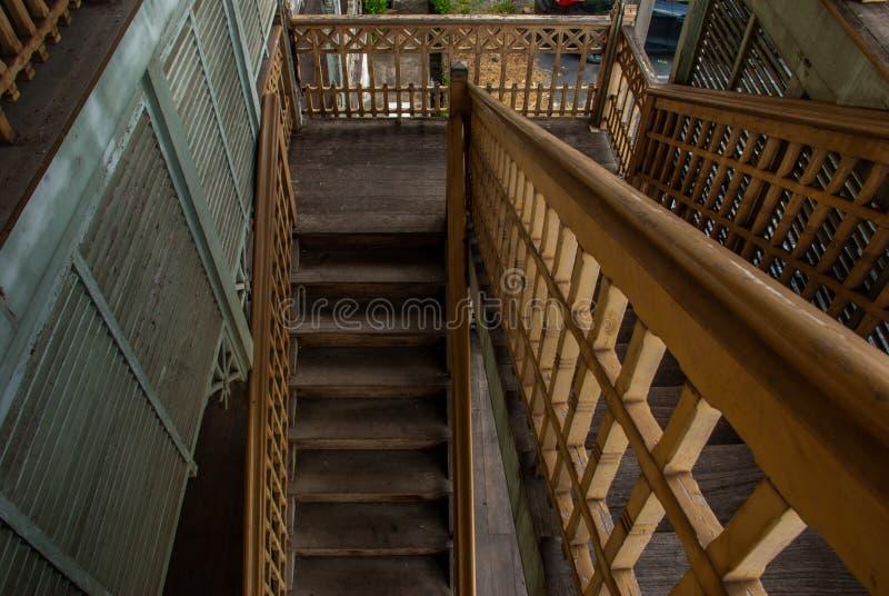 Les escaliers au 2ème étage du vieil hôtel de ville, bâtiment européen de style La maison en bois blanche de cru a été quittée po photos libres de droits