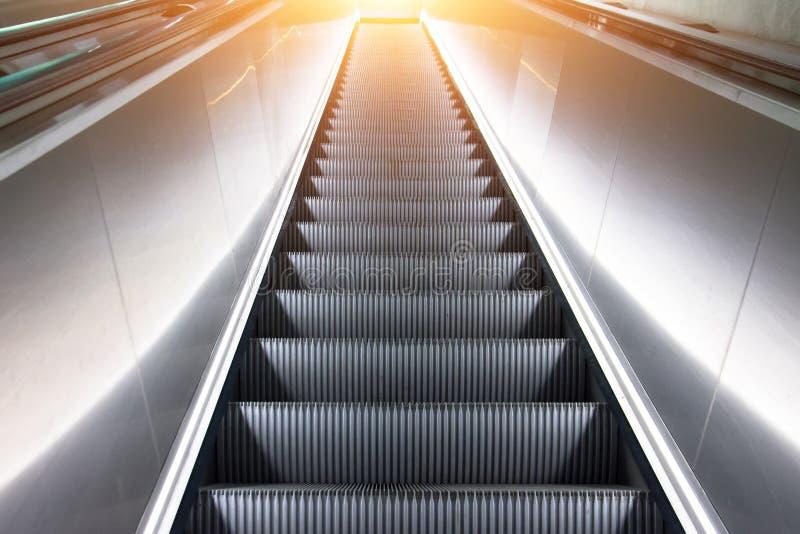 Les escaliers d'escalator de vue se lèvent jusqu'au dessus de la lumière photo libre de droits