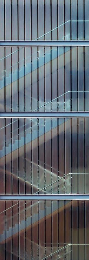 Les escaliers derrière les fenêtres photos libres de droits