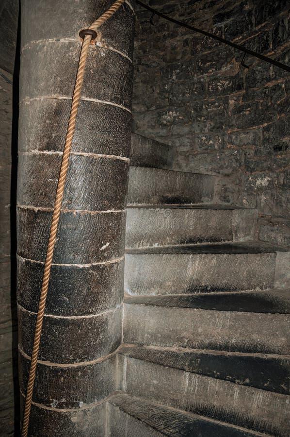 Les escaliers en pierre ? l'int?rieur de la tour du Gravensteen se retranchent ? Gand image stock