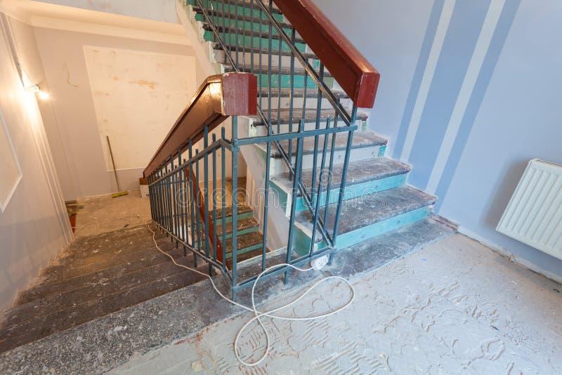 Les escaliers est la partie de l'intérieur de l'appartement pendant sur la rénovation photo stock