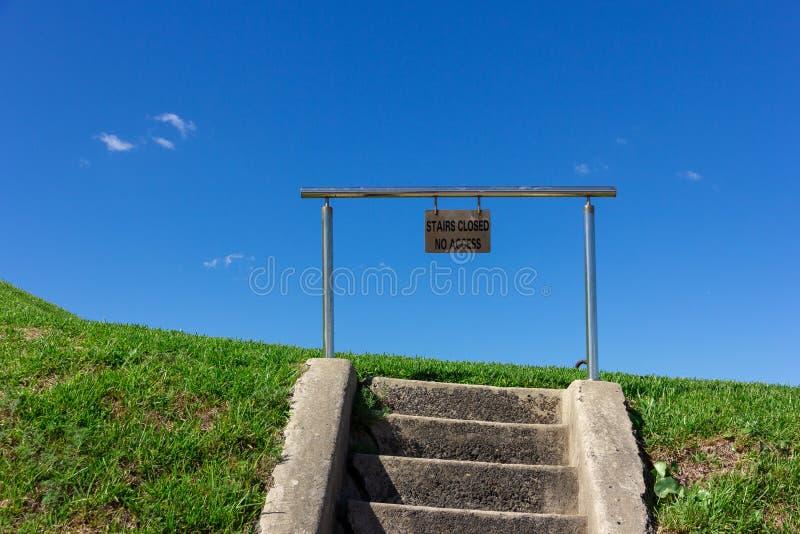 les escaliers n'ont fermé aucun accès se connectent le métal avec le ciel bleu photos libres de droits