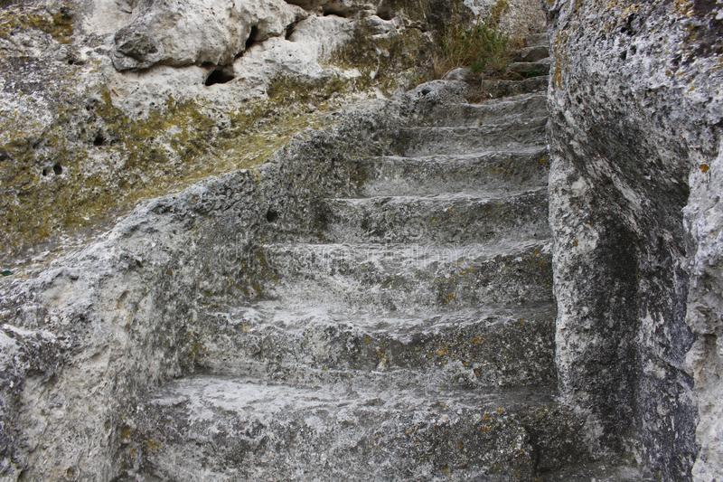 Les escaliers ont coupé dans la roche photo libre de droits
