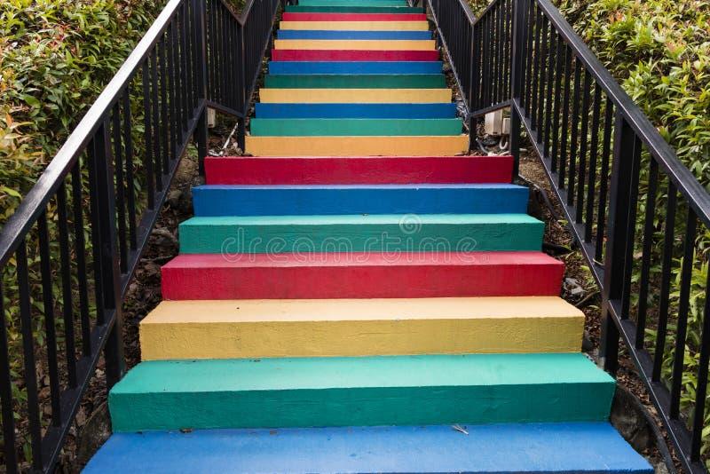 Les escaliers peints en arc-en-ciel colore le fond images libres de droits