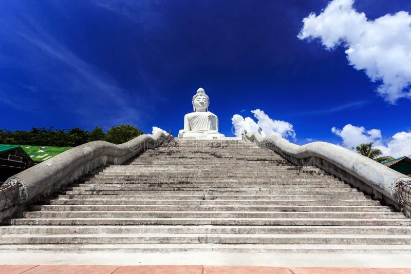 Les escaliers principaux menant à grand Bouddha Phuket, Thaïlande photographie stock