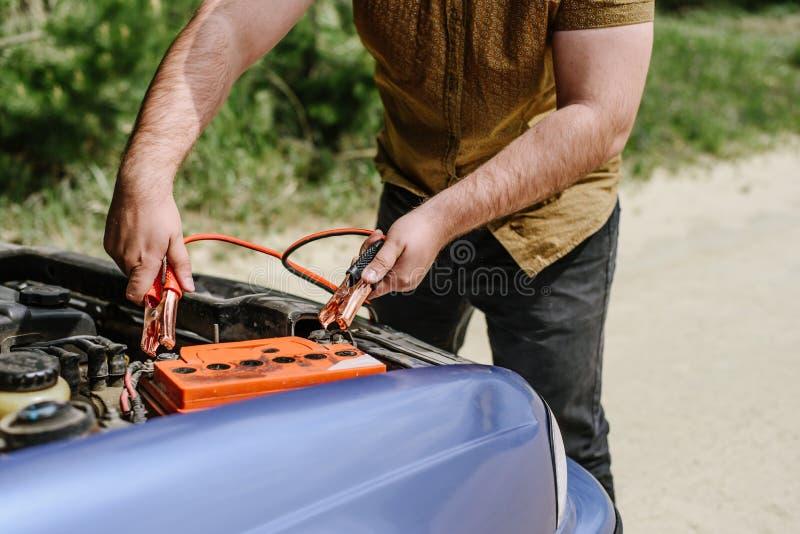 Les essais de conducteur pour mettre en marche une voiture photo libre de droits