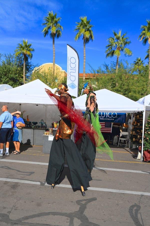 Les Etats-Unis, AZ/Tempe : Comiques de festival - marcheurs d'échasse dans le costume d'oiseau image libre de droits
