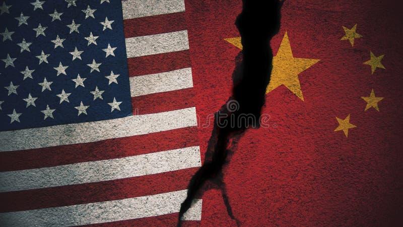 Les Etats-Unis contre des drapeaux de la Chine sur le mur criqué image stock