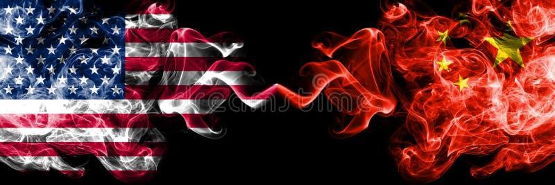Les Etats-Unis d'Amérique contre la Chine, drapeaux mystiques fumeux chinois placés côte à côte Drapeaux soyeux colorés ép illustration stock