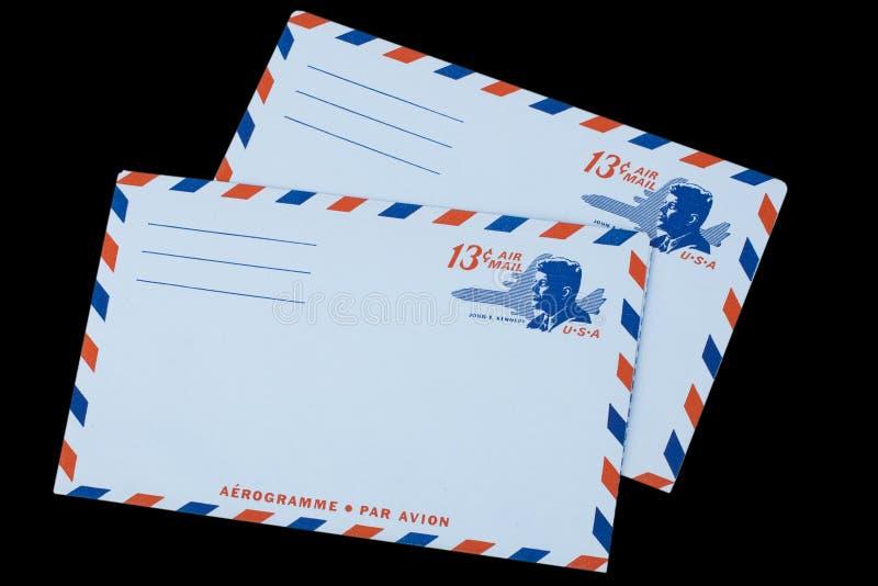 LES ETATS-UNIS D'AMÉRIQUE - VERS 1968 : Une vieille enveloppe pour la poste aérienne avec un portrait de John F kennedy images stock