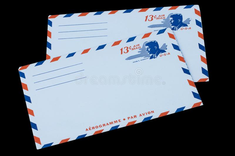 LES ETATS-UNIS D'AMÉRIQUE - VERS 1968 : Une vieille enveloppe pour la poste aérienne avec un portrait de John F kennedy photos stock