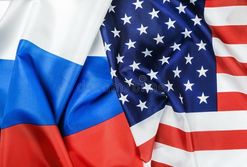 Les Etats-Unis diminuent et des drapeaux de la Russie photographie stock libre de droits