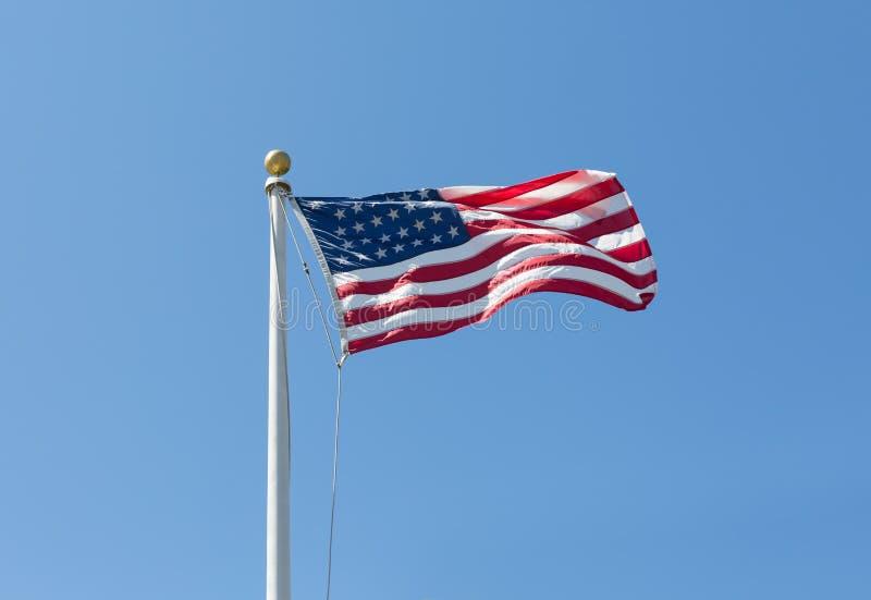 Les Etats-Unis diminuent sur le fond de ciel bleu, tourné vers la droite image libre de droits