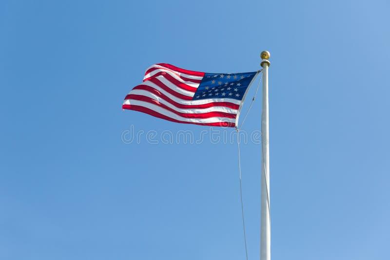 Les Etats-Unis diminuent sur le fond de ciel bleu, tourné vers la droite photo stock
