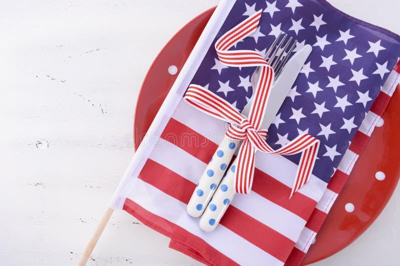 Les Etats-Unis font la fête le couvert de table avec le drapeau sur la table en bois blanche photographie stock