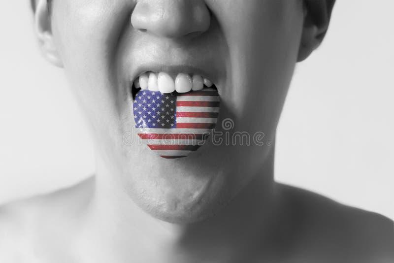 Les Etats-Unis ou les Etats-Unis diminuent peint dans la langue d'un homme - témoin de l'anglais et de l'accent américain parlant photographie stock libre de droits