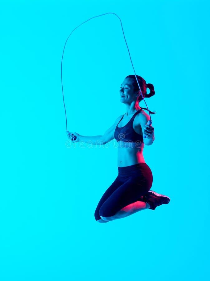 Les exercices exercsing de forme physique de corde ? sauter de femme ont isol? image stock